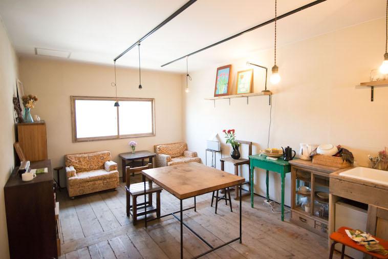 【写真】木製の家具を日光が照らしており、暖かい空気を作り出している