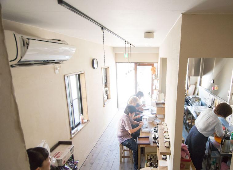 【写真】ゆずりはのカウンターで作業する3人の利用者さん
