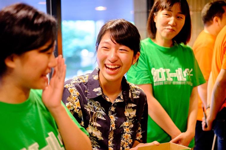 【写真】カナエールのメンバーを写した写真。1人の女性が話す様子を、他のメンバーらが優しく見守っている