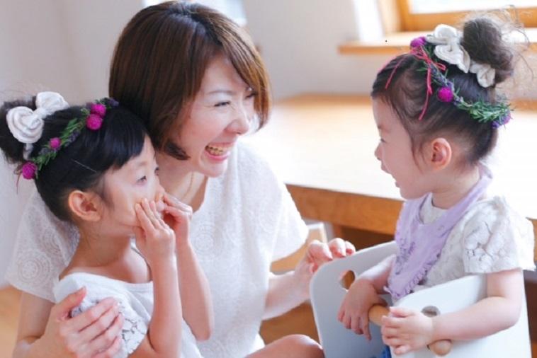 【写真】無邪気な2人の女の子と満面の笑みを向けるかとうさん。