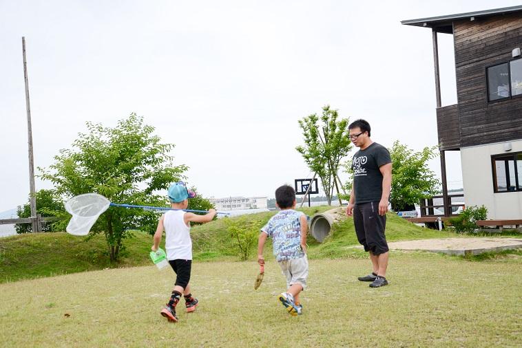 【写真】子どもの村福岡のたはらまさのりさんと虫取り網やスコップを持った子どもたち