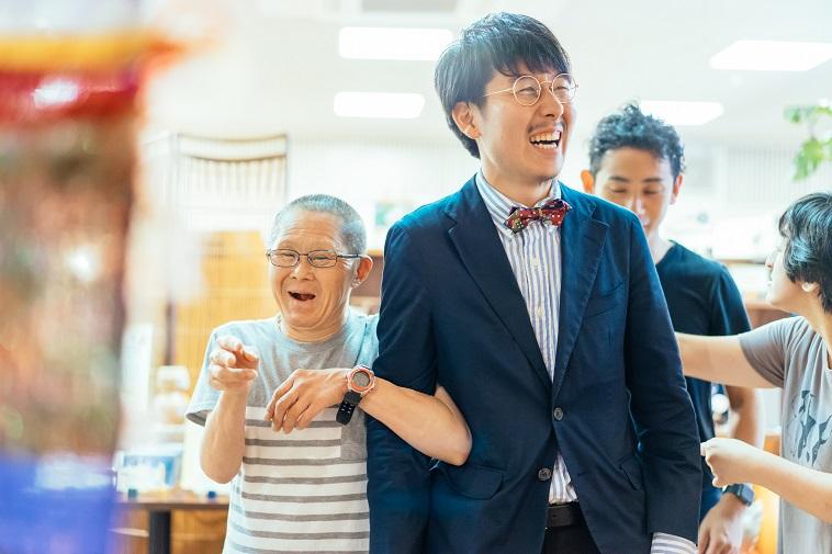 【写真】笑顔で写る、るんびにい美術館の方とまつださん。楽しそうな雰囲気が伝わってくる。