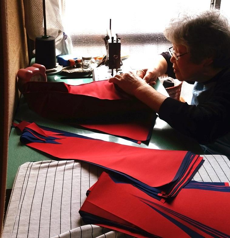【写真】ミシンで傘を縫っている女性。視線は指先に集中し、真剣な空気が漂っている。