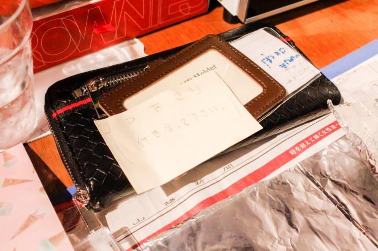 【写真】机の上には愛の告白文が置かれている。