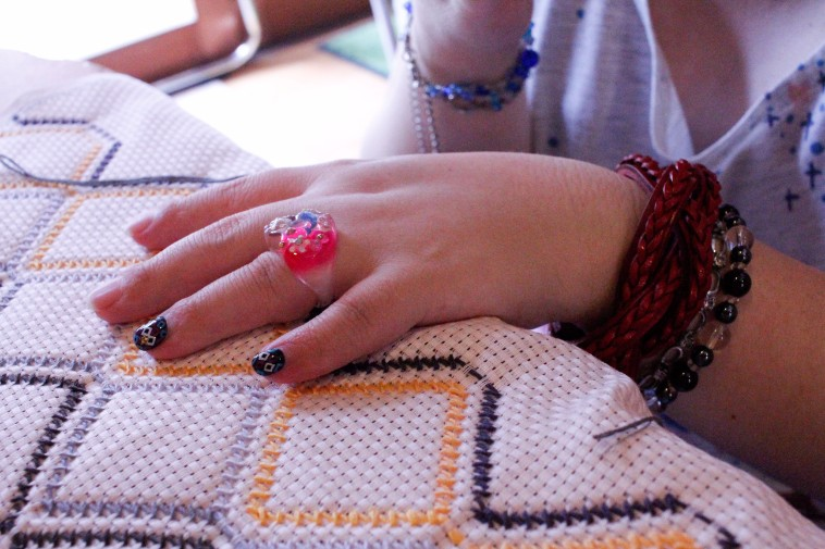 【写真】スウェーデン刺繍をするちかさんの手元にもネイルが施されている。