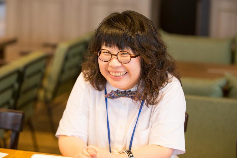【写真】笑顔でインタビューに応えるしいのさやかさん