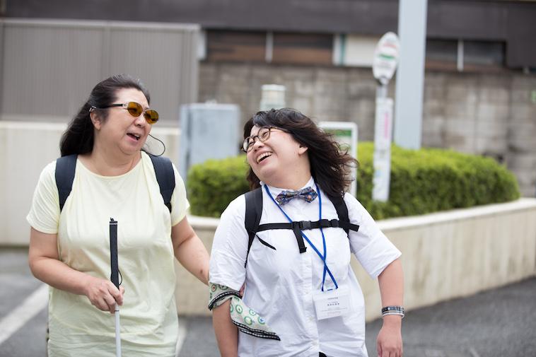 【写真】歩きながら笑顔で話すしいのさやかさんとおおたさちえさん