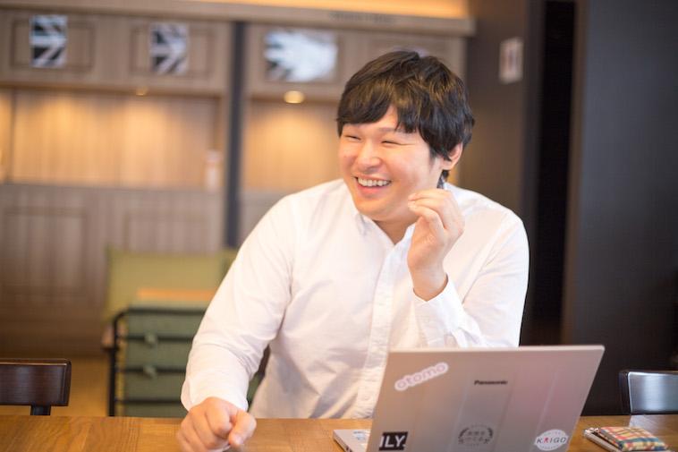 【写真】笑顔でインタビューに応えるすずきたかみちさん