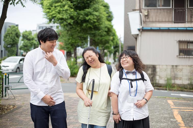 【写真】笑顔で街道を歩くすずきたかみちさん、おおたさちえさん、しいのさやかさん