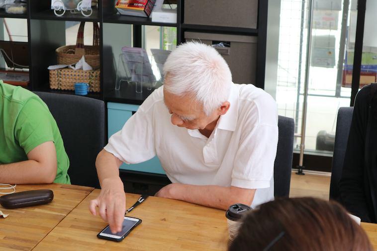【写真】iPhoneを操作する視覚障害の方