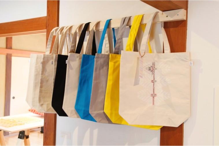 【写真】ちかさんの刺繍が施されたバッグも販売されている