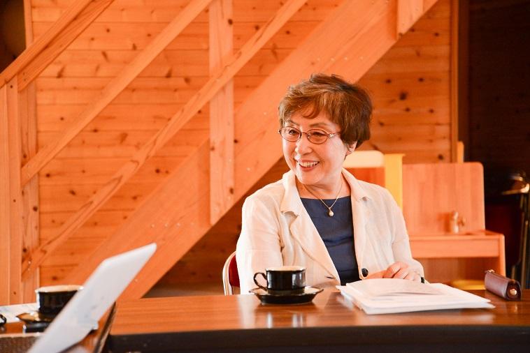 【写真】微笑んでインタビューに応えるおおたにじゅんこさん
