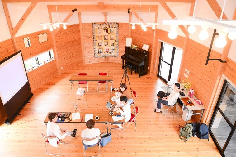 【写真】木製の床や壁が暖かい空気を作り出している