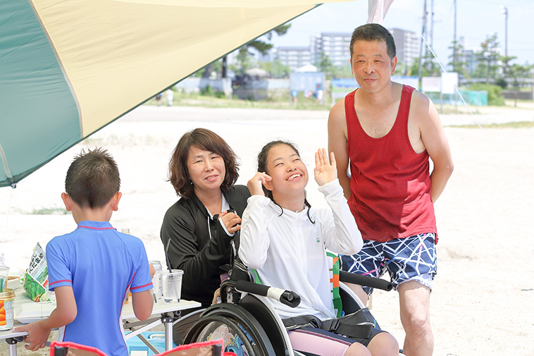 【写真】さとうゆうかちゃんが、家族に囲まれて笑顔で両手をあげている