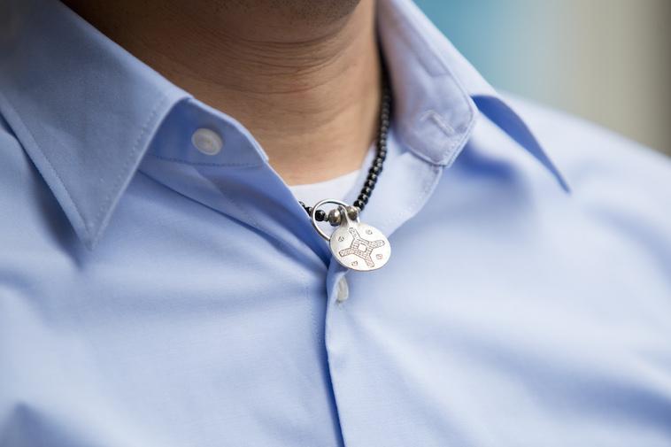 【写真】きもとつとむさんのネックレスには結婚指輪がある