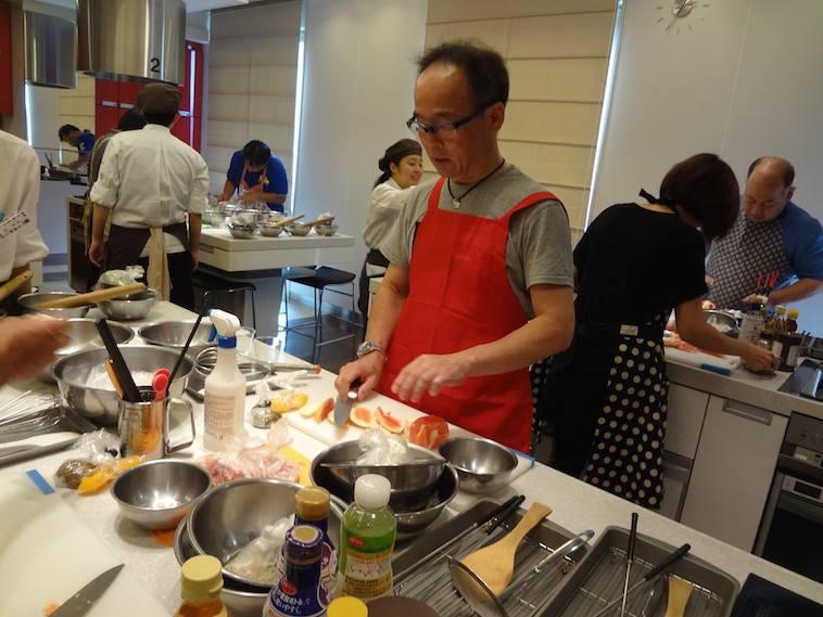 【写真】料理教室で実際に料理をしているきもとつとむさん