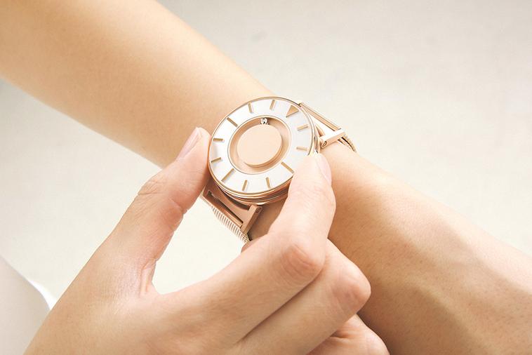 【写真】腕時計をつけている様子。大きな文字盤はシンプルで洗練されたデザイン。