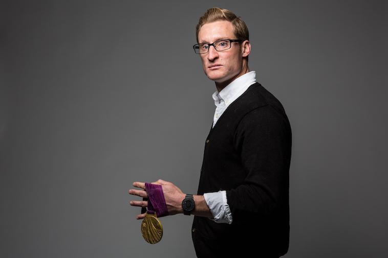 【写真】メダルを手にカメラに写るブラッドリー・スナイダーさん。立ち姿からは力強さを感じる。