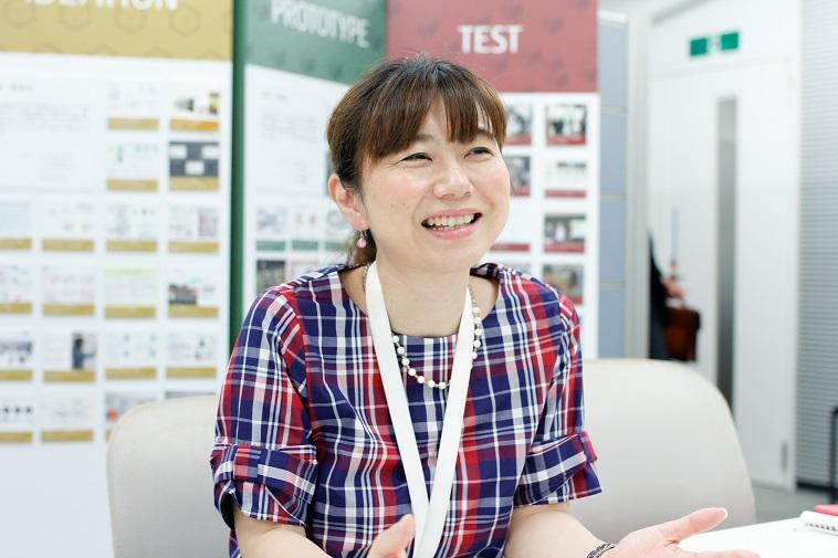 【写真】笑顔でインタビューに応えるつちやゆみさん