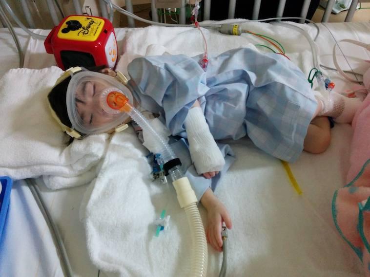 【写真】人工呼吸器をつけて眠るなおちゃん