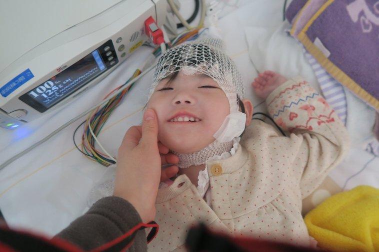 【写真】頭部に包帯を巻くなおちゃんが笑みを浮かべている