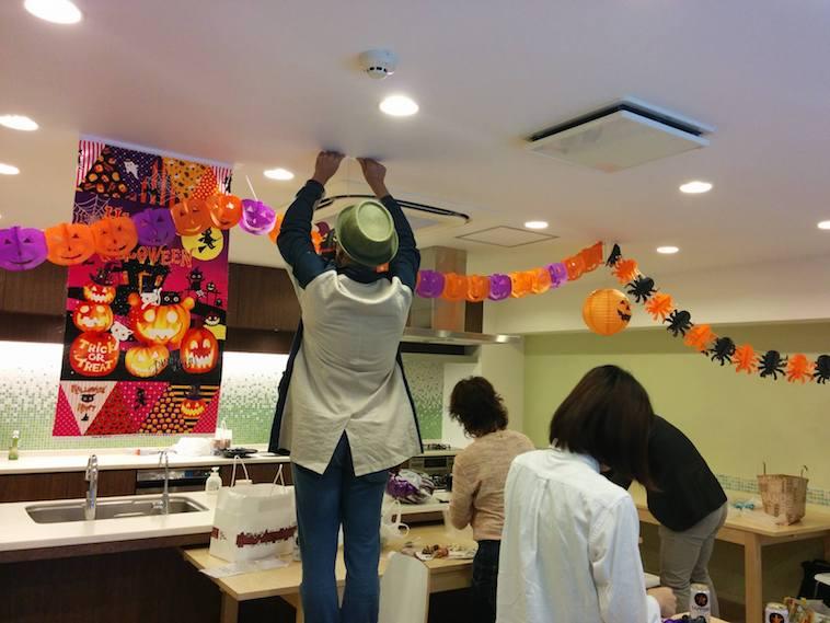【写真】ハロウィーンパーティの飾り付けを進める様子