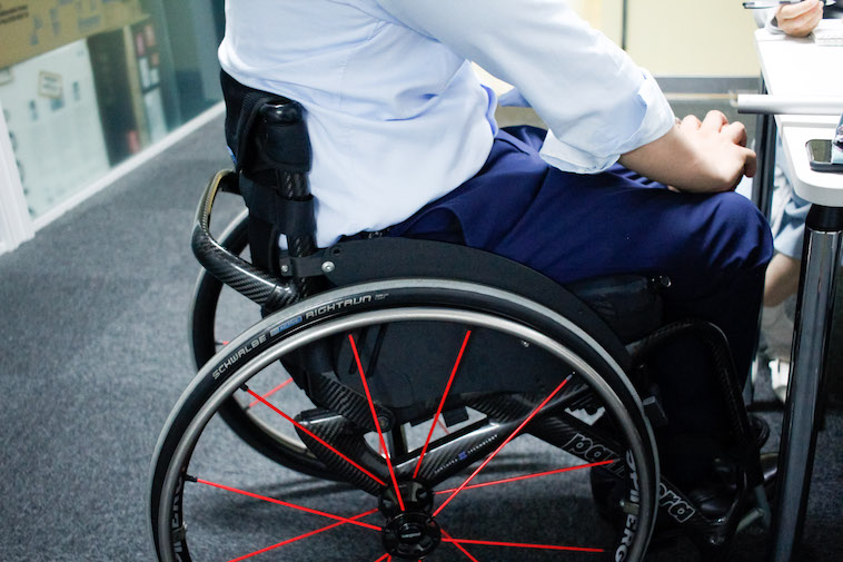 【写真】車椅子に座り話す、かみむらさん