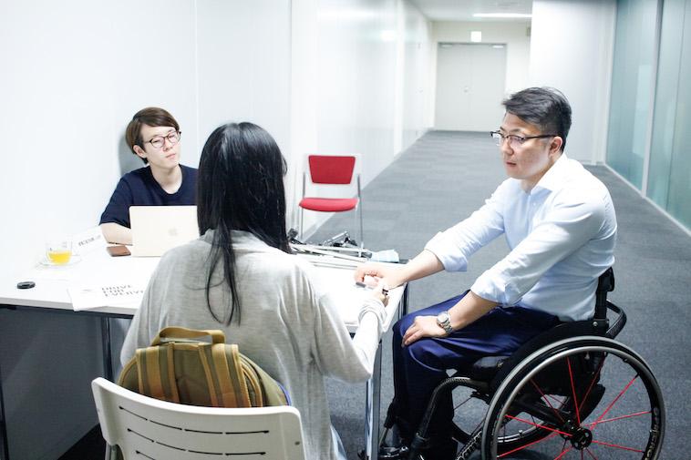 【写真】かみむらさんと、話を伺う取材チーム
