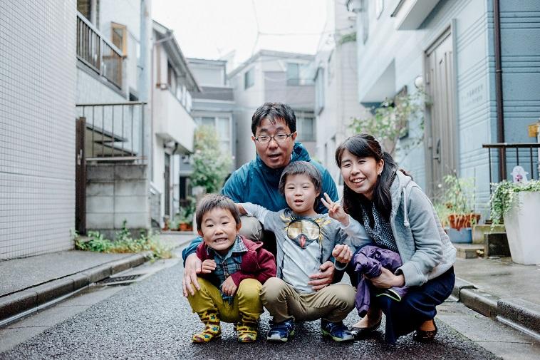 【写真】街道で笑顔でしゃがんでいるくろきさん一家