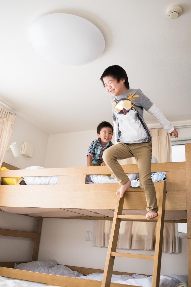 【写真】2段ベッドで遊ぶ脩平くんと弟の朋成くん。笑顔でとても楽しそうだ
