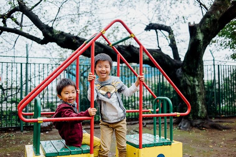 【写真】遊具で笑顔で遊ぶしゅうへいくんとともなりくん