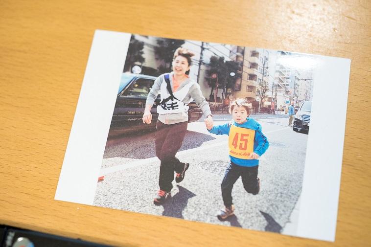 【写真】手を繋いで走っているくろきゆうきさんとしゅうへいくんの写真