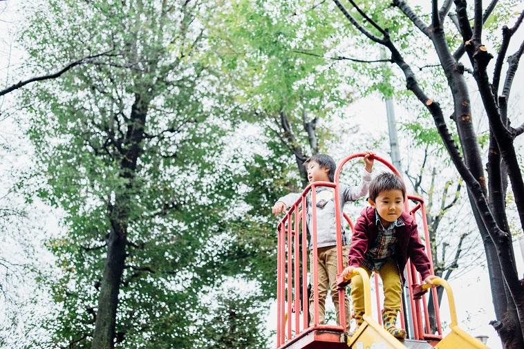 【写真】滑り台で遊ぶしゅうへいくんとともなりくん