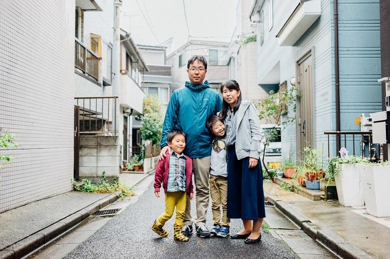 【写真】街道で笑顔で立っているくろきさん一家