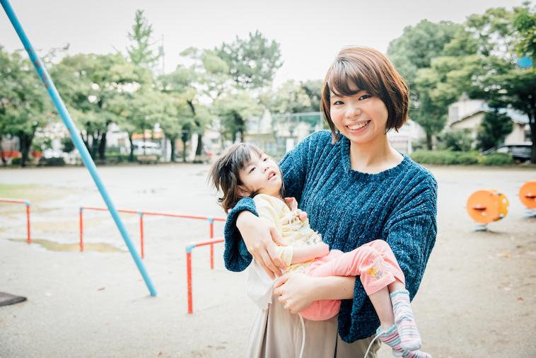 【写真】菜生ちゃんを抱っこし笑顔でこちらを見ている金澤さん