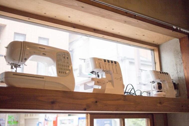 【写真】室内に置かれている三台のミシン