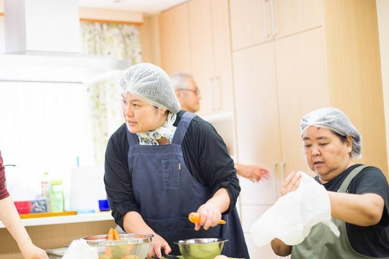 【写真】ランチをつくるキッチンユニットの方々