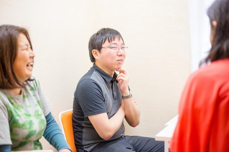 【写真】丁寧にインタビューに答えてくれる田中さんと見守るはらさん
