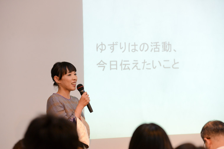 【写真】参加者の前で笑顔で話す、たかはしさん