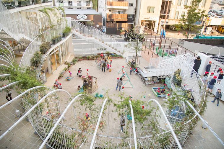 【写真】保育園の校庭は広々としていて子どもが駆け回っている