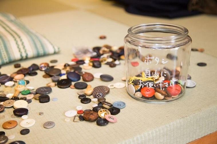 【写真】ビンに入れられた形も大きさも異なるたくさんのボタン