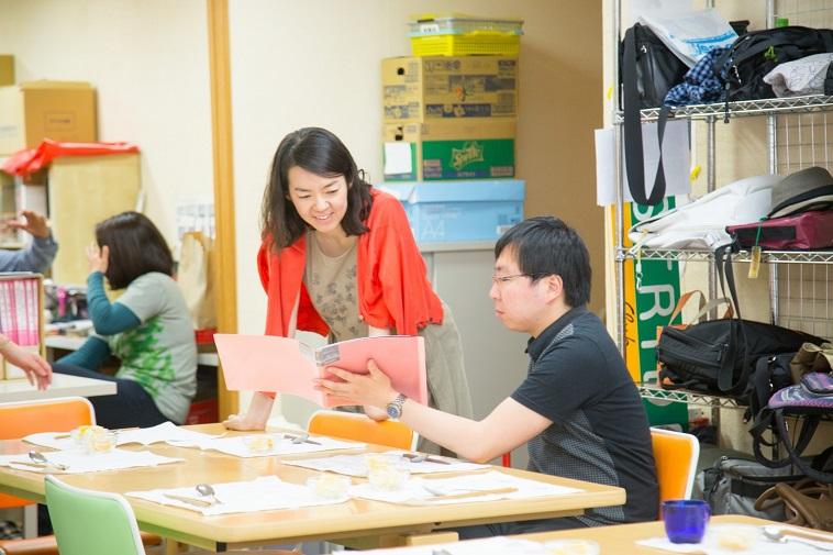 【写真】真剣な表情で作業に取り組む田中さん