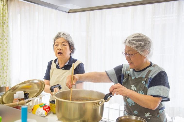【写真】大きな鍋で料理をつくる様子