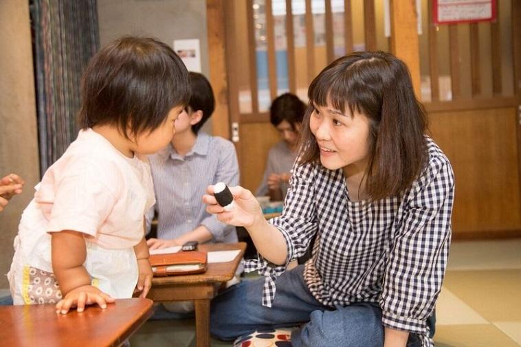 【写真】かなめちゃんにほほえみかけるふかのさん