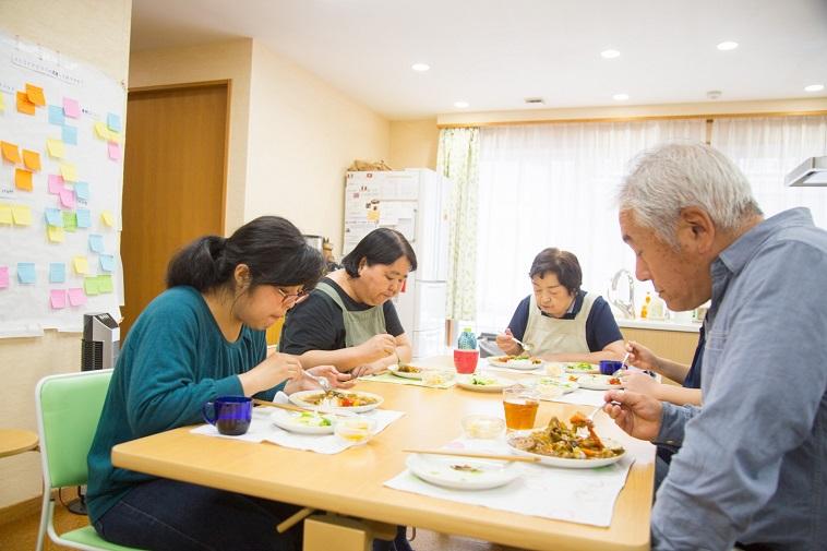 【写真】机を囲みランチを食べる様子