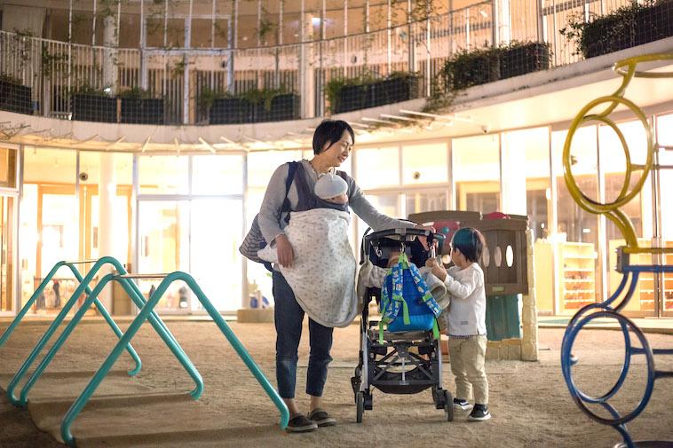 【写真】夕方にお迎えにくるお母さんとお子さん