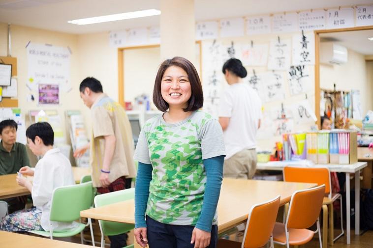 【写真】ストライドの事務所で笑顔のはらさん