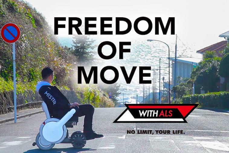 【写真】屋外でWHILLに乗り移動する男性