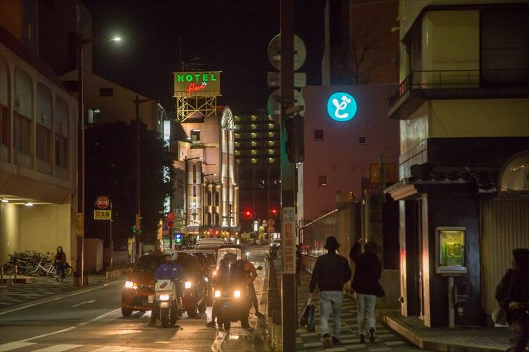 【写真】空は薄暗くなり街のライトが光っている