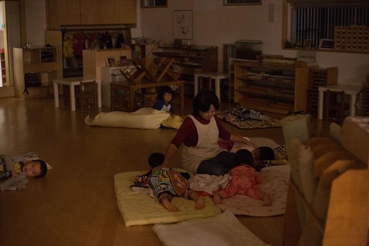 【写真】子どもの寝かしつけをする先生の姿